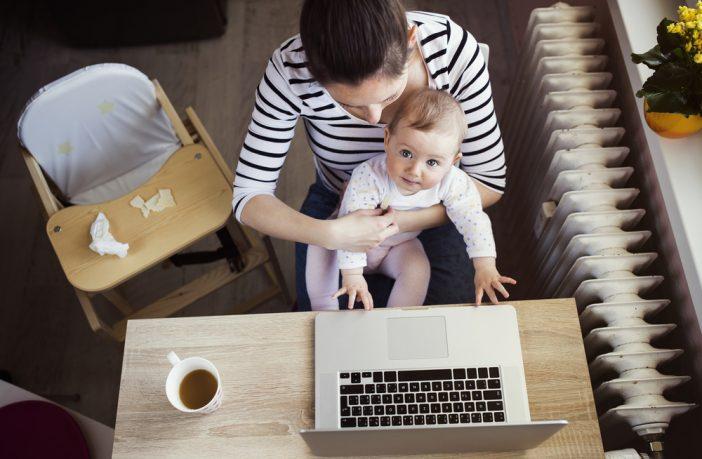 אמא עובדת עם תינוק